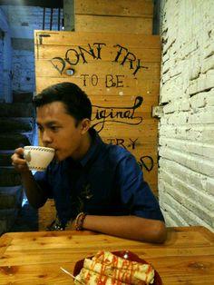 Menikmati hidup tak beda jauh dengan menikmati secangkir kopi.