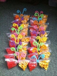 Healthy Snacks Discover 20 Creativas maneras para regalarle dulces a los niños Snack time fun for little kids! Made these for the kindergarteners on my last day of work and they loved them Class Snacks, Classroom Snacks, Preschool Snacks, Classroom Birthday Treats, Snacks Kids, Snack Ideas For Kids, Birthday Treats For School, Fruit Snacks, Healthy Birthday Snacks