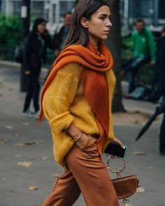 Fashion Week A dark orange, gold and a copper brown, these colors scream autumn!A dark orange, gold and a copper brown, these colors scream autumn! Street Style Outfits, Mode Outfits, Fashion Outfits, Fashion Clothes, Stylish Clothes, Dress Fashion, Street Style 2018, Autumn Street Style, Autumn Style Women