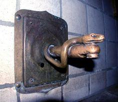 Wasserhahn - Schlange gegossen