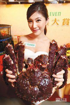 7-11酷斯拉北海道帝王蟹,今年仍是亮點,4kg,1萬999元。(鄧博仁攝)