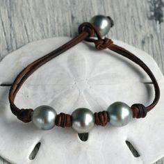 Artículos similares a Perlas Tahitianas genuinas de cuero triuno en Etsy