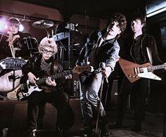 Hubo un tiempo, hace casi cuarenta años, en que la música era una poderosa arma contracultural y todo lo que U2 necesitaba para funcionar cabía en un Escarabajo naranja. Cuatro amigos de un instituto de Dublín, infectados con el veneno del punk-rock, acababan de ganar 500 libras en un concurso local para grabar su primera maqueta y empezaban a hacer bolos.