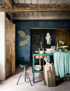 Recycling objects, worn, with a history gives this interior design a unique perspective on reimagining and reusing items. Bohemian Interior, Scandinavian Interior, Shabby Chic Decor, Vintage Decor, Kitchen Dinning Room, Dining Rooms, Global Decor, Dutch House, Gravity Home