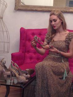 Priscila Hernández @PersonalStyle con vestido de @soyunachicanormal.com SUCHN y cinturón de @Stradivarius Official mientras conoce la nueva colección de LODI