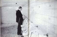 """Rogelio Cuéllar tenía 23 años cuando con su Pentax en la mano, en 1973, no se le despegó a Jorge Luis Borges en la Ciudad de México y lo acompañó, incluso, a los baños de San Idelfonso. """"La hago o no la hago"""" pensó el fotógrafo y de inmediato hizo el clic. """"Ya el duende está haciendo travesuras"""" dijo riéndose el escritor argentino. Borges Dios se convierte en Borges humano haciendo pis. Qué mejor manera de demostrarlo."""