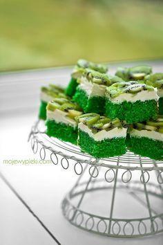 Green cake on St.Patrick's Day - ciasto cytrynowe z kremem i kiwi Polish Desserts, Polish Recipes, Pie Recipes, Cooking Recipes, Ukrainian Desserts, Jacque Pepin, Greens Recipe, Homemade Cakes, Aesthetic Food