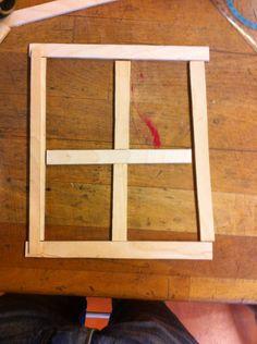 Ik ga dit raam netter en afmaken en ik ga proberen dat het eruit ziet als of er een val door het raam is heen geschoten. Daarnaast ik nog een boos mannetje er doorheen komen