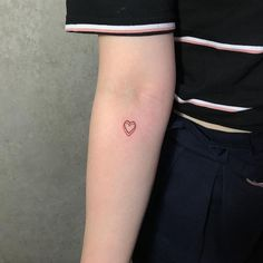 20 cute tattoos that won't make you look like 'mara salvatrucha' Related Best Gemini Tattoos Girly Tattoos That Are The Epitome of PerfectionEagle tattoo designs Grunge Tattoo, Indie Tattoo, Mini Tattoos, Body Art Tattoos, Small Tattoos, Tatoos, Heart Tattoos, Petite Tattoos, Tatuagem Uv