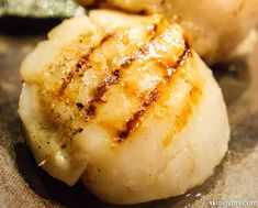 Easy Broiled Scallops- you don't need to go to a restaurant to enjoy these less than 5 ingredients less than 10 minutes broiled scallops. #easyscalloprecipe #scallops