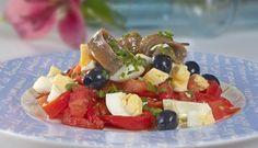 Ensalada de pimientos asados con anchoas, aceitunas y huevo