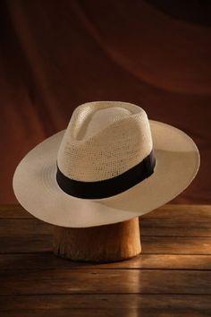 Durante años el sombrero fue considerado un accesorio fuera de moda, y por tanto era excluido de laindumentaria veraniega de hombres y mujeres.