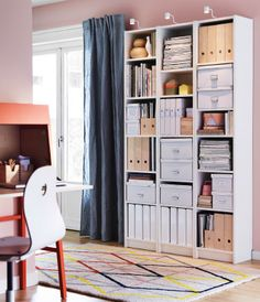 Wohnzimmer mit BILLY Regalen in Weiß mit KASSETT Boxen mit Deckeln in Weiß und KNUFF Zeitschriftensammler in Sperrholz