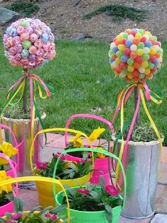 My kids would love to help make this candy topiary and I would love using to deco my casa for Easter! Candy Theme, Candy Party, Lollipop Candy, Holiday Crafts, Holiday Fun, Holiday Ideas, Candy Topiary, Topiary Trees, Party Places