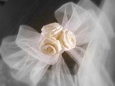 Fiocco decorativo realizzato a mano con tulle e rose in doppio raso
