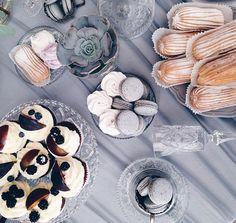 Когда утром к чаю ☕️🍰🍫🍪 ничего нет-остается только облизываться😝, глядя на фото воскресной свадебки #аянасвадьбе180916  Всем хорошего настроеничка и добра в этот холодный средовый день!👐🏻 #wedding_art_decor #wedart #wed_art #weddingart #kiev #kievweddingdecor #свадьбавкиеве #флористикакиев #свадьба #флористкиев #мысчастливы #мыженимлюдей #greywedding #fineartwedding #fineart #candybar #decor #follow #followme