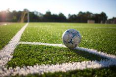 Yo pasas tiempo en el campo de fútbol con mi equipo de fútbol, mi amigos, o mi familia. Nosotros jugamos fútbol en el campo de fútbol cerca de mí en los fines de semana.