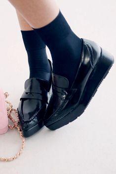 Today's Hot Pick :纯色拼接厚底船型鞋 http://fashionstylep.com/SFSELFAA0006312/aurajcn/out AURA-J新品抢鲜看,炫酷感绝对够味儿! 优质面料,亮漆皮OR哑光质地,有着同样的惊艳夺目~ 船型设计,紧跟时尚潮流,街拍达人最爱~ 拼接精美镂空,削弱酷感,有了一丝柔美~ 加厚版型,完美隔凉更拉伸美腿曲线哦!~ 爱美的你,怎能错过!~ -船型鞋- -纯色- -拼接- -街头潮流风-