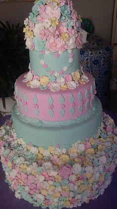 Flores e mais flores, foram usados nesse bolo feito por Art In Biscuit Bolos Cenográficos. Toda fofura que uma festa de jardim merece. Bolo cenografico jardim I Bolo cenografico flores I Bolo cenografico rosa e azul
