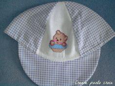 Cappellino con orsetto ricamato a punto croce