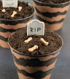 Graveyard Dirt Cups The Graveyard Dirt Cake Cups are a quick, no bake dessert that is perfect for a Halloween party or as a fun treat with the kids. Halloween Desserts, Halloween Fingerfood, Postres Halloween, Halloween Food For Party, Spooky Halloween, Easy Halloween Treats, Halloween Dinner, Dirt Cake Cups, Dirt Cups