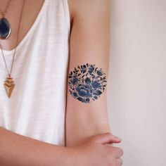 This pretty round floral temporary tattoo is made in the famous Dutch 'Delfts Blauw' style. This one will look really pretty on a variety of spots on your body!