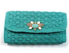 Para o verão 2013, o estilista Fabrizio Giannone, aposta em maxi carteiras de crochê com detalhe em pedras brasileiras.