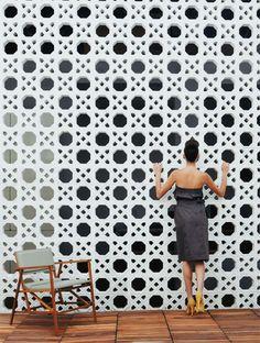 Quero mto!!!! A trama da palhinha sempre atraiu o arquiteto Cícero Ferraz da Cruz, da Brasil Arquitetura, que decidiu transpô-la para o cobogó, unindo dois elementos bem brasileiros. Fabricadas pela Neo-Rex, as peças de cimento (39 x 39 x 7 cm) formam um painel de 5 x 6 m na Marcenaria Baraúna, em São Paulo.