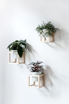 Living with plants - DIY hanging plant holder - craftifa .- Living with plants – DIY hanging plant holder -