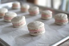 How to Make French Macarons {Strawberry Cheesecake Macarons Recipe} No Bake Desserts, Just Desserts, Dessert Recipes, Baking Desserts, Cheesecake Recipes, Strawberry Cheesecake, Strawberry Recipes, Macaroons Flavors, Yummy Treats