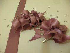 お花のようなフリルを簡単にかわいく作ってみました。余ったリボンなどで作れます。