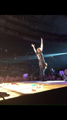 Luke playing on ROWYSO tour in Madrid // May 6th, 2015