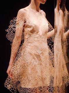 Iris Van Herpen Fall 2016 by Evan Schreiber Couture Fashion, 3d Fashion, Fashion Week, Fashion Details, Runway Fashion, Fashion Design, Fashion Outfits, Fabric Textures, Iris Van Herpen