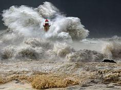 - Porto , Portugal - Si vienes a visitar el faro , no olvides traer tu impermeable . . . // Lighthouse . . .    @swami1951