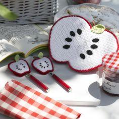 Occorrente+(+grammi+250+di+Cablè+numero+5+)+per+realizzare+una+presina+e+due+decori+a+forma+di+mela Love Crochet, Crochet Flowers, Minimal Kitchen Design, Crochet Apple, Sewing Patterns, Crochet Kitchen, Angry Birds, Loom Knitting, Hot Pads