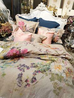Best Bedding Sets For Couples Bedroom Comforter Sets, Linen Bedding, Bed Linens, Dream Bedroom, Master Bedroom, Bedroom Decor, Pink Velvet Sofa, Textiles, Bed Styling