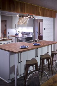 Recreate this Modern Southern Kitchen in Your Home without a Major Renovation Kitchen Decor, Kitchen Design, Southern Kitchens, Country Kitchen, Bar, Amazing, Modern, Table, Pictures