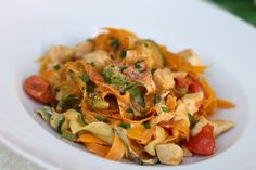 Zucchini-carrot ribbon pasta with chicken and tomato - recipes Ribbon Pasta, Zucchini Lasagne, Chicken Breast Fillet, Bastilla, Cooking Recipes, Healthy Recipes, Diet Menu, Low Carb Keto, Food Porn