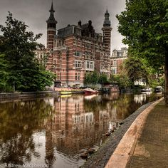 Discover the canals of Amsterdam by boat. Rent a boat at boats4rent