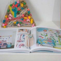 El libro de las Casas Bellas. Lighting, Home Decor, Cute Stationery, Book, Houses, Light Fixtures, Lights, Interior Design, Home Interior Design