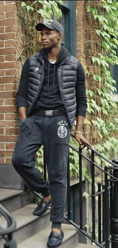 Athletic essentials with modern edge from Polo Ralph Lauren: Washed and sprayed to give it a lived-in look, this ultra-soft active pant is crafted from sueded cotton-blend fleece and features multiple pockets.