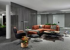 Charlie Greene Studio and T Clifton Design have designed the WELL-focused Allsteel & Gunlocke Merchandise Mart showroom located in Chicago, Illinois. Corporate Office Design, Corporate Interiors, Modular Lounges, Modular Sofa, Thermal Comfort, Office Lounge, Building Systems, Waiting Area, Soft Seating