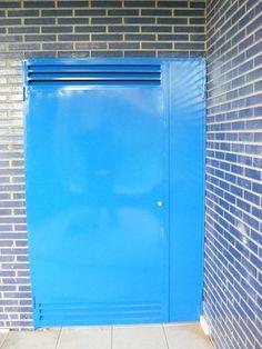 Puerta met lica ciega en azul con rejilla de ventilaci n - Rejilla de ventilacion ...