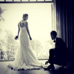 Gommen hjælper bruden #love #marriage #denmark #aarhus #varnapalæet #fotograf…
