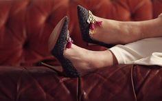 Seconde main de luxe on en parle ? - MireilleOver60 La Vitrine à Nice est un dépôt-vente pas comme les autres. Uniquement des accessoires, principalement des chaussures, très haut de gamme. Remises en état par des professionnels avant d'être proposées à la vente. Concept innovant et unique. On  adhère totalement Ouverture 20 septembre 2020 au 7 rue de Russie Nice, et en ligne. #chaussures #luxe #secondemain #recyclage #antigaspi #stopwaste #upcycling Mode Cool, Totalement, Unique, Heels, Blog, Fashion, Glass Display Case, Ladies Shoes, Accessories