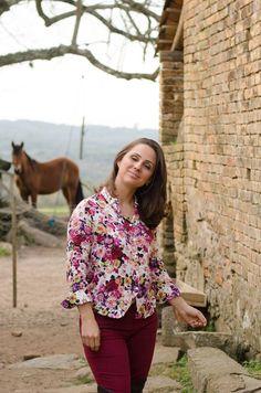 Blog Femina - Modéstia e Elegância: Camisa floral, skinny vinho, over the knee