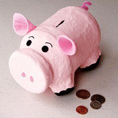 Solch eine stattliche Specki-Spardose aus einem Plastikbehälter könnte die Ersparnisse Ihrer Kinder enthalten.