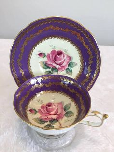 Paragon rose vintage tea cup very good vintage condition,no chip or crack very hard to find the purple shade background