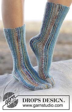 Knitted DROPS socks worked sideways in garter st in Fabel. Free knitting pattern by DROPS Design. Knitted Slippers, Wool Socks, Slipper Socks, Crochet Slippers, Knitting Socks, Hand Knitting, Finger Knitting, Drops Design, Magazine Drops