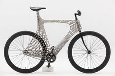 Une équipe d'étudiants de la TU delft en Hollande, en collaboration mx3d et harry anderson, présentent stainless steel arc bicycle cadre de…